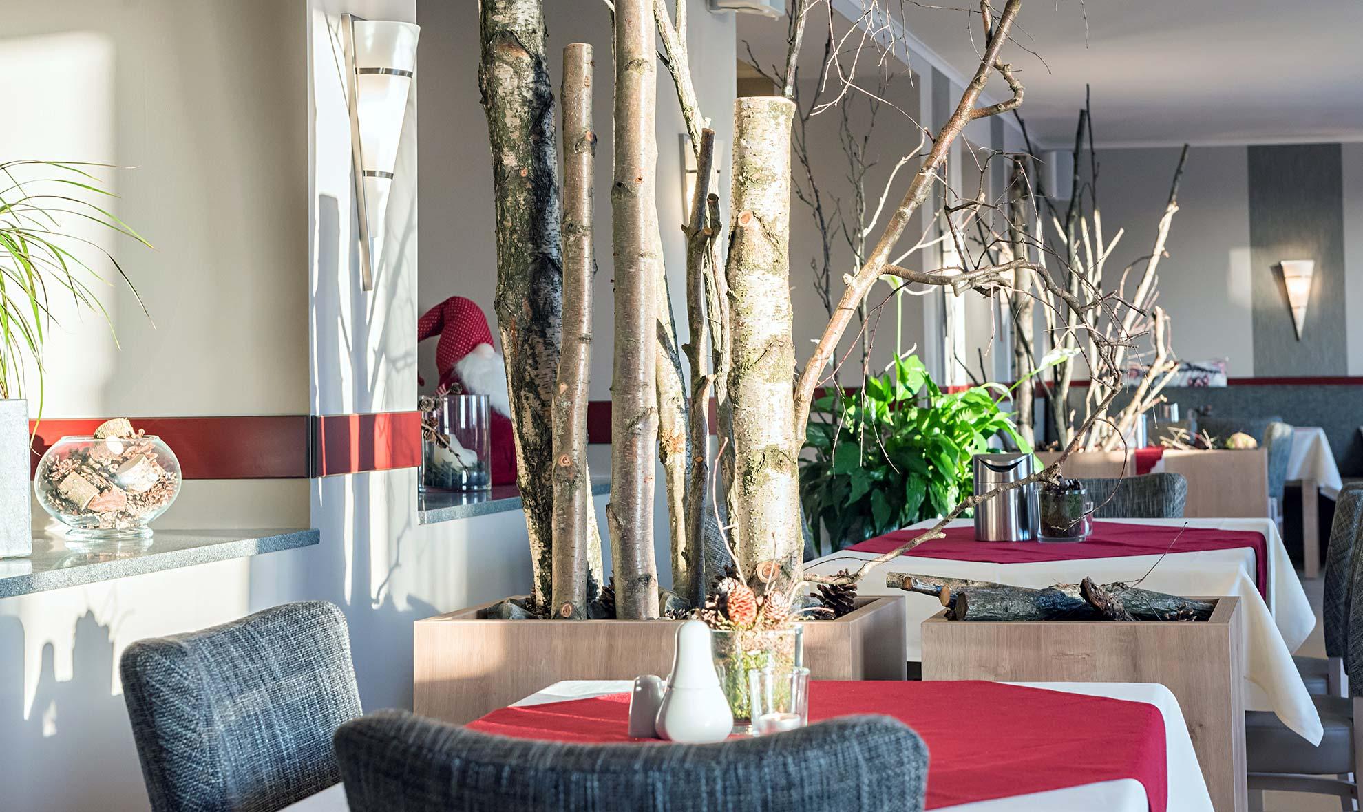 Rot Deko Frühstück Buffet Bufett Frühstücksbuffet a la carte Frühstücksraum Restaurant Hotel und Pension Traumblick