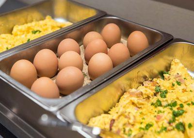 Frühstück Buffet Bufett Frühstücksbuffet Ei Eier gekocht Omlette Rührei Spiegelei a la carte Eierspeisen Vegetarisch Frühstücksraum Restaurant Hotel und Pension Traumblick