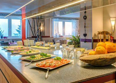 Frühstück Buffet Bufett Frühstücksbuffet a la carte Eierspeisen Tomate Gurke Salat Obst Käse Camenbert Wurst Schinken Aufschnitt Vegan Vegetarisch Frühstücksraum Restaurant gemütlich schöner Ausblick Guten Morgen Hotel und Pension Traumblick